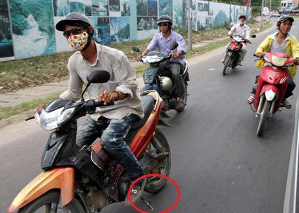 Quên gạt chống xe máy khi lưu thông bị xử phạt