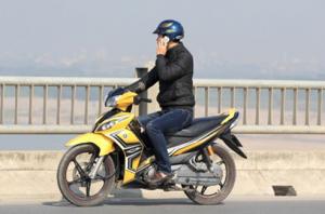 Mức phạt hành chính về sử dụng điện thoại khi đang lái xe