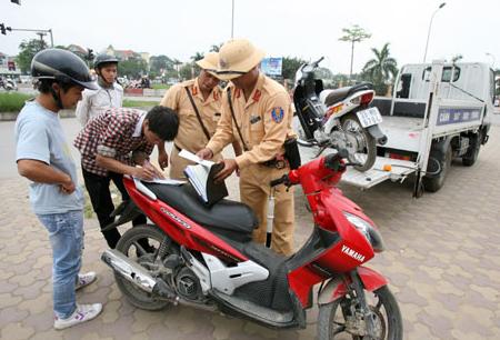 Quyết định xử phạt người đi xe máy không sang tên đổi chủ từ 2017