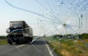 Cách xử lý kính chắn gió xe ô tô bị nứt